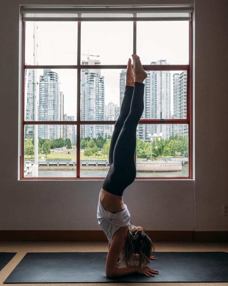Relájate en Kitsiliano con una clase de yoga ca2a93f1cc64